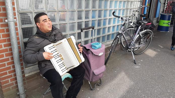 Marin is zielsgelukkig met de nieuwe accordeon die hij heeft gekregen