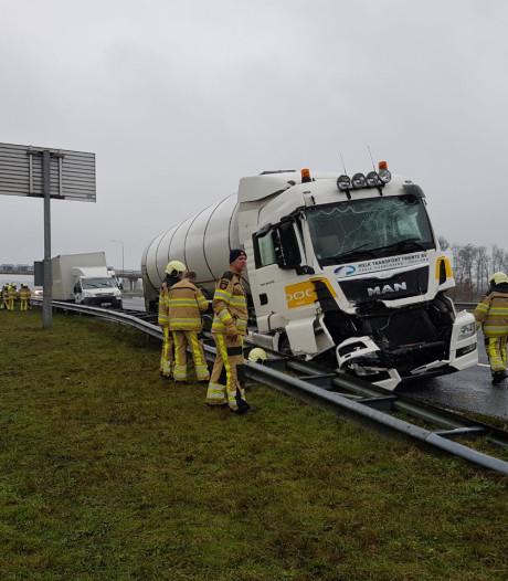 Melk stroomt over A28 na crash tankwagen bij Staphorst