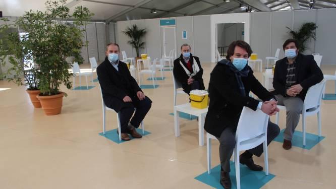 """Versnelling hoger bij vaccinatiecentrum Hoge Wal: """"Elke 65-plusser uit Evergem, Assenede, Kaprijke en Zelzate tegen eind april eerste prik"""""""
