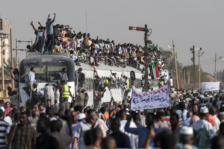 Een letterlijk uitpuilende trein met mensen uit Atbara, de stad waar de protesten begonnen. Beeld AFP