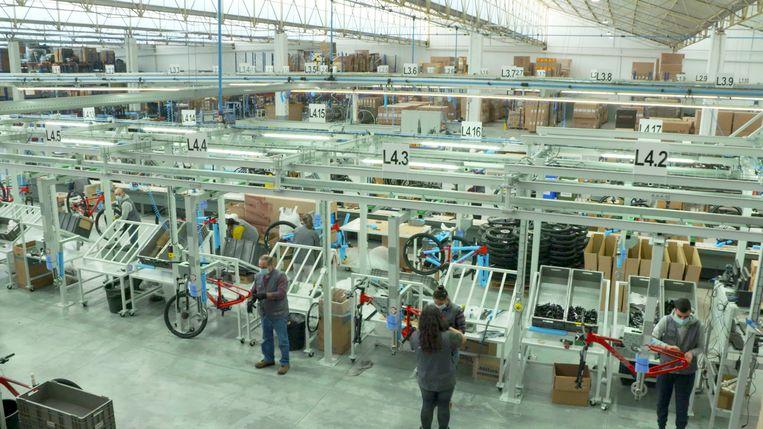 Fietsproductie in de fabriekshal van Incycles in de buurt van Aguéda, Portugal. Beeld Alex Tieleman