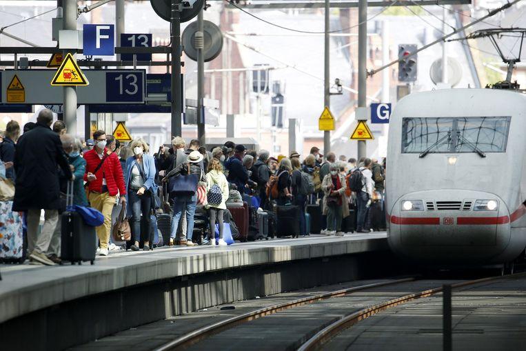 Een ICE-trein op Berlijn Hauptbahnhof.  Beeld REUTERS