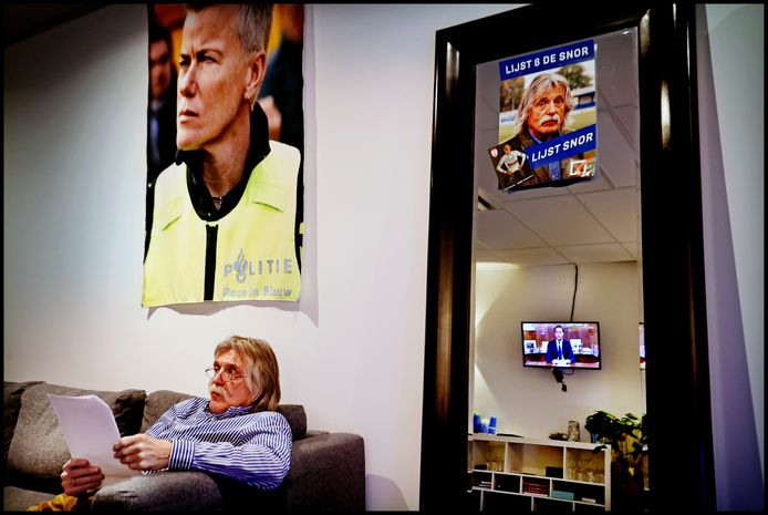 Reportage Veronica  Inside zonder publiek Johan Derksen kijkt in zijn kleedkamer naar de speech van Mark Rutte