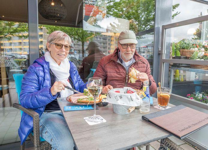 Weer of geen weer, Nicole Quisquater en Eugene Minneboo uit Colijnsplaat zitten heerlijk op het terras in Goes.