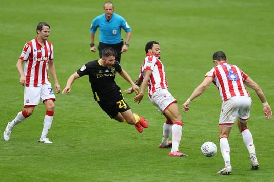 Halil Dervisoglu gaat onderuit in het duel met Stoke City.