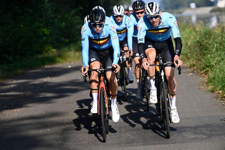 De Belgen verkennen het parcours, met Wout van Aert vooraan, zoals het een kopman betaamt. Beeld Photo News