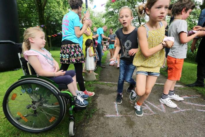 Fee (8) zit sinds eind 2015 in een rolstoel door een dwarslaesie.