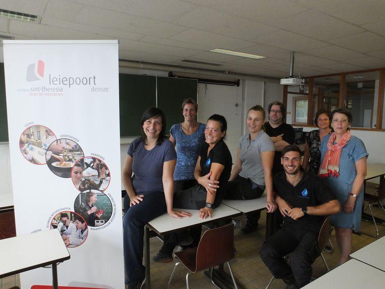 Technisch adviseur Claudine Malfait, logistiek verantwoordelijke Rina Claus, ICT-coördinator Kris Kint en het onderhoudsteam van Leiepoort campus Sint-Theresia hebben de klaslokalen in Neerleie helemaal klaargestoomd voor de start van het nieuwe schooljaar.