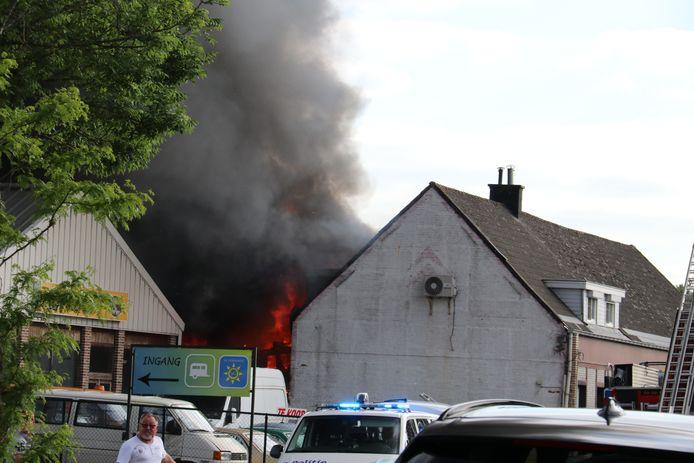 De vlammen sloegen metershoog uit de garage.