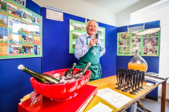 Eddy Durnez stelde zijn wijn voor tijdens de gesmaakte Erfgoeddag in Leffinge, Middelkerke