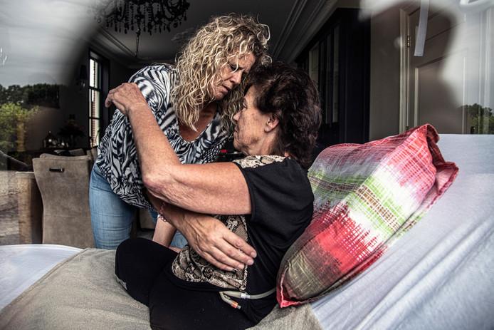 Jacqueline Roes wordt uit bed geholpen door haar schoonzus Nicole Heijmans-Roes.