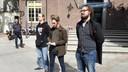 Mike Hamers (midden) vertelt namens de Communistische Jongerenbeweging van Nederland waarom die tegen de expositie Design van het Derde Rijk in Design Musem Den Bosch zijn. CJB demonstreerde met een dozijn mensen op het Kerkplein in Den Bosch en deelde pamfletten uit aan passanten. Hun actie tegen de expositie gaat de komende tijd gewoon door.