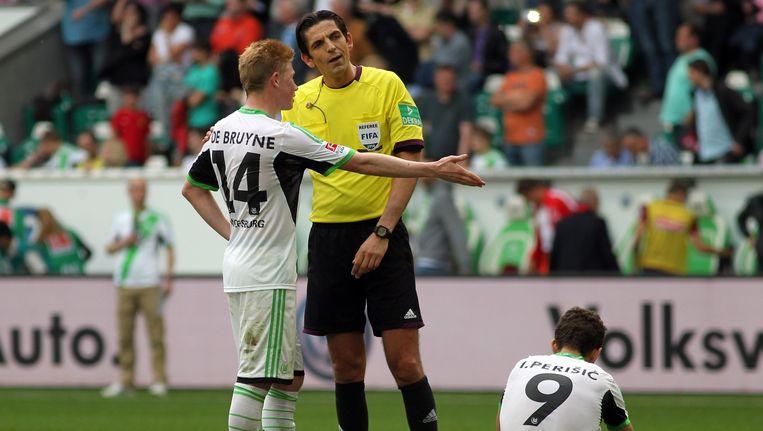 Kevin De Bruyne met ref Deniz Aytekin tijdens een duel van Wolfsburg. Beeld PHOTO_NEWS