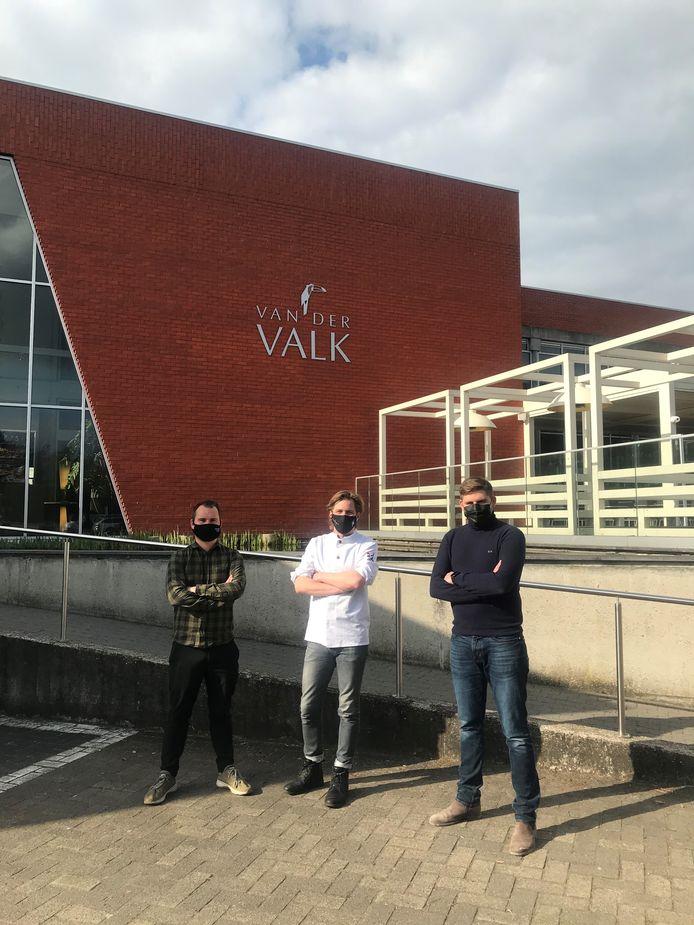 Jens Van de Ven (NorthSeaChefs), Broes Tavernier ('t Vijfde Seizoen), en Tim Van der Valk (Hotel Beveren) voor het hotel waar alles gaat gebeuren.