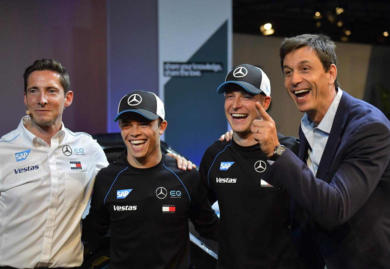 Nyck de Vries (tweede van links) en Stoffel Vandoorne tijden in de Formule E, maar zijn ook reserverijders van Mercedes in de formule E. Rechts Mercedes-teambaas Toto Wolff.