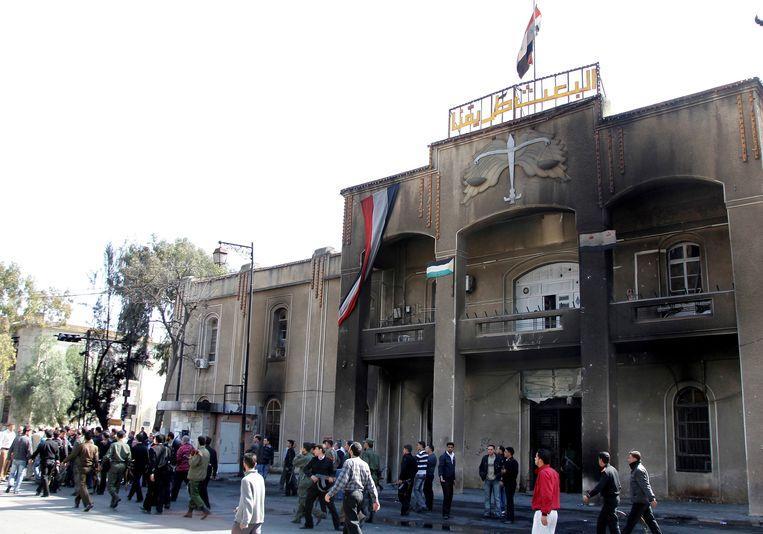 Betogers in de Syrische stad Deraa staken in 2011 het gerechtsgebouw in brand, bij hevig protest tegen het regime van president Bashar al-Assad. Tien jaar later is de strijd om gerechtigheid niet gestreden. Beeld REUTERS