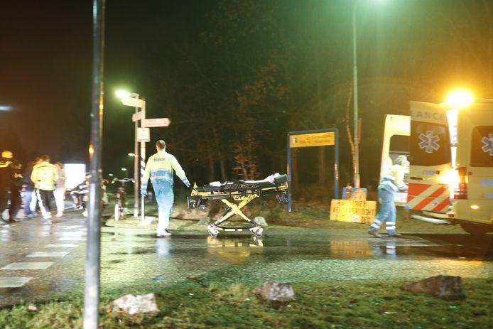 Het slachtoffer wordt per ambulance naar het ziekenhuis gebracht.