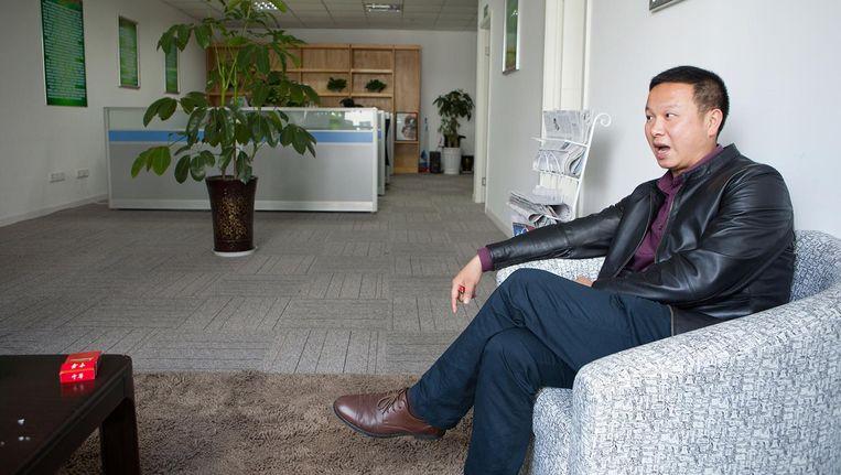 Luo op de bank in zijn kantoor. Beeld Wassink Lundgren