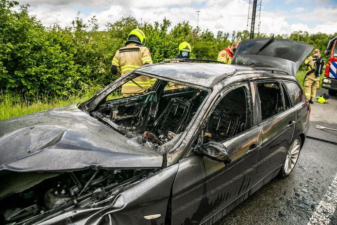 De auto in Doesburg is bijna helemaal verloren gegaan door het vuur.