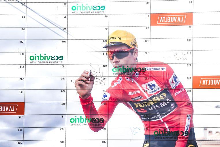 Primoz Roglic, hier bij het intekenbord aan de start van de etappe. Beeld BSR Agency