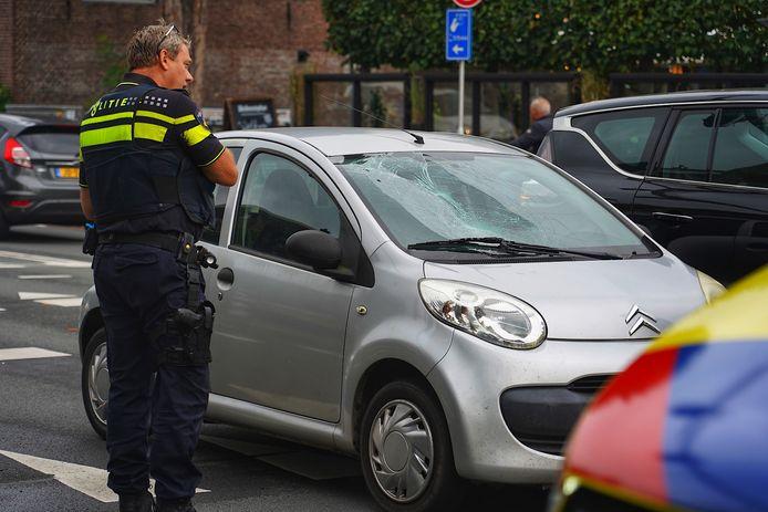 Een fietser en automobilist botsen op de kruising Bredaseweg met de Ringbaan West in Tilburg.