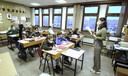 De leerlingen van het zesde van het Sint-Amandscollege Zuid dragen allemaal spontaan een mondmasker om een kwetsbare klasgenoot te beschermen.