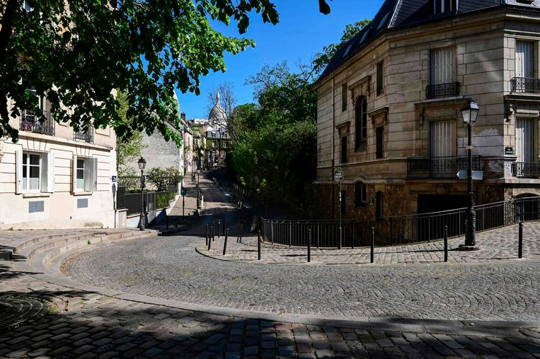 Geen ziel te bekennen in de normaal zeer toeristische wijk Montmarte, Parijs. Beeld AFP