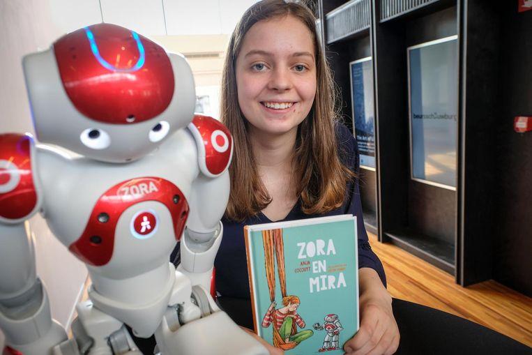 De 15-jarige Mara uit Oostende was de basis voor Mira, het hoofdpersonage in het boek. In het boek helpt de Oostendse robot Zora het meisje de wereld beter begrijpen.