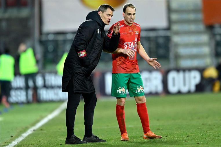Alexander Blessin, de wondercoach van KVO, geeft instructies aan Brecht Capon. Beeld Photo News