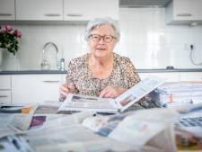 Annie (85) verzamelt krantenartikelen over corona: 'Deze albums maak ik voor mijn nageslacht'