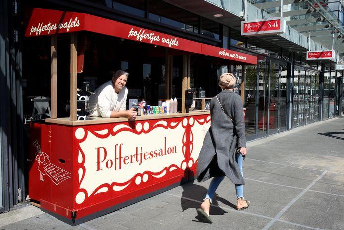 Poffertjeskraam Seth aan de Hoogstraat is open. Klanten eten de lekkernij op in het gras bij de Markthal of op de bankjes van de gemeente.
