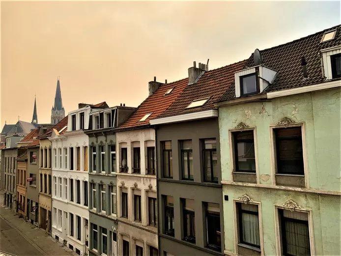 Brouillard jaune au-dessus de la ville d'Anvers, ce vendredi après-midi.