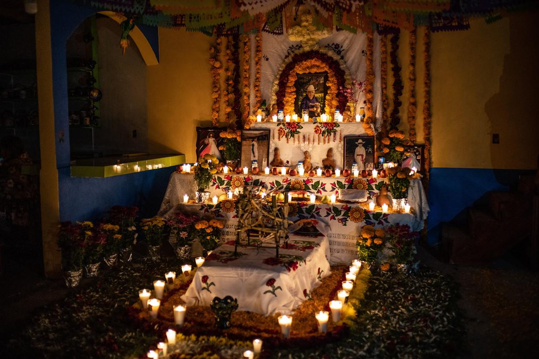 De familie van Samuel Rivera die anderhalve maand geleden is overleden, heeft thuis in San Ángel een altaar gemaakt voor de Dag van de Doden. Beeld Alejandro Cegarra