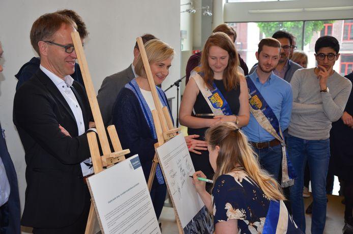 Onder het goedkeurend oog van UGent rector Rik Van de Walle en minister Crevits tekenen de studentenverenigingen het Vlaams Doopkader.