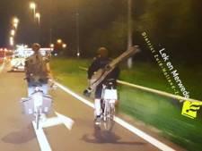 Vissers fietsen zonder licht op A15 bij Hardinxveld-Giessendam