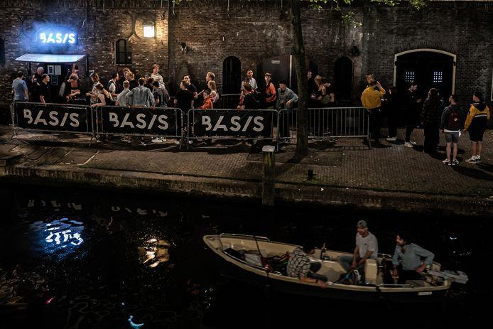 Rijen voor de club Basis in Utrecht. Na maar dan een jaar komt het nachtleven weer op gang en mogen nachtclubs hun deuren weer openen.