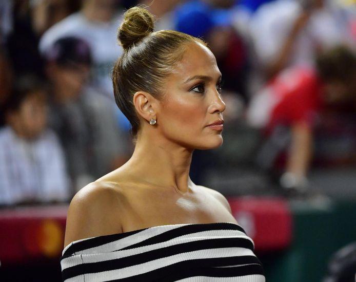 """Jennifer Lopez porte le """"top knot"""""""