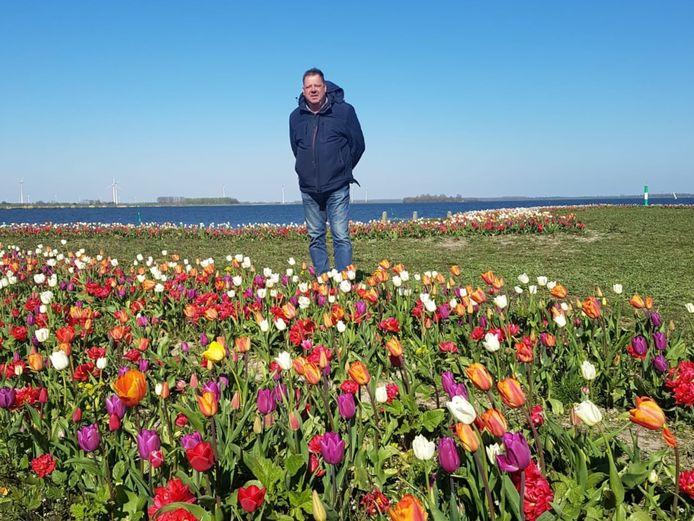 Tulpenkweker Wim Klink in 2020 bij de 120.000 tulpen die hij vorig jaar heeft geplant op het Tulpeiland in Zeewolde.
