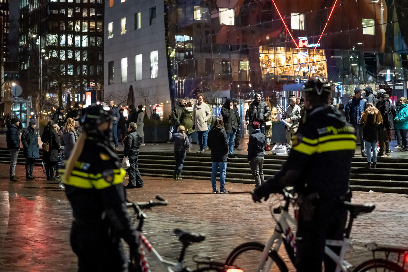Enkele tientallen demonstranten verzamelden zich voor de Markthal in het centrum van Rotterdam.