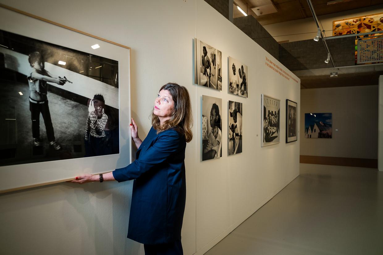 Conservator Sandrine van Noort: 'Deze zwart-witfoto van de bekende documentair-fotograaf Peter Martens is in tijden van school shootings te confronterend.' Beeld Jiri Büller