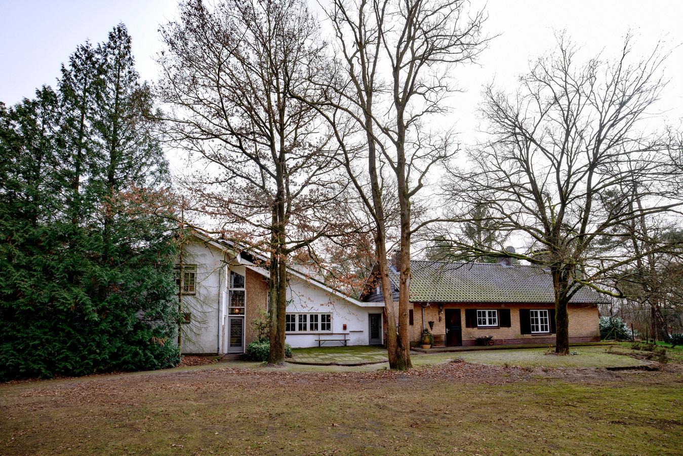 Maria Marcus woont in het huis links en rechts de andere geschakelde woning die ter discussie staat.