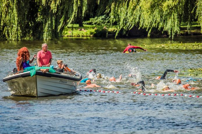 Spetterend en spattend legden de deelnemers de twee kilometer af.