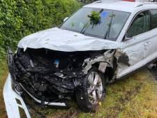Auto raakt van weg en belandt in berm naast N275 in Beringe