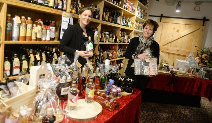 Anne Weernink (links) en Lisette Wildenborg bundelen hun krachten in coronatijd en houden gezamenlijk een kerstpakkettenmiddag.