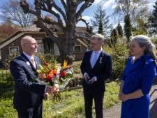 Na ruim 20 jaar reikt Kamper burgemeester Koelewijn voor laatst lintjes voor Koningsdag uit: 'Dit ga ik zeker missen'