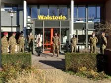 Militairen Luchtmobiele Brigade helpen in Tiels woonzorgcentrum