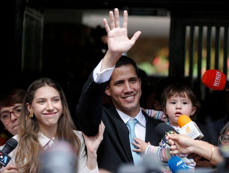 De zelfverklaarde interim-president Juan Guaido met vrouw Fabiana Rosales en 20-maanden oude dochter Miranda, afgelopen vrijdag in Caracas.  Beeld AP