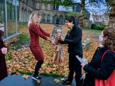 Een boom bij je dagje museum: 'eerste bezoekers' Dordrechts Museum feestelijk ontvangen