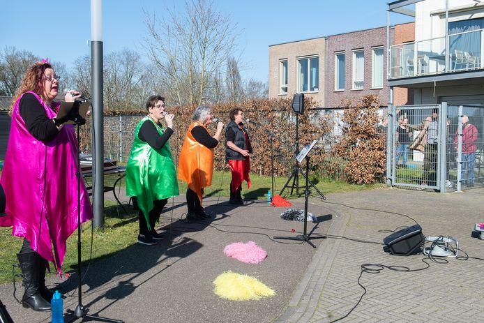 Zanggroep Trekdrop en De Zuurtjes uit treden elke week op voor de  bewoners van Avoord in Etten-Leur. Op de foto zijn ze aan het werk bij verstandelijk gehandicapten in Rijsbergen.