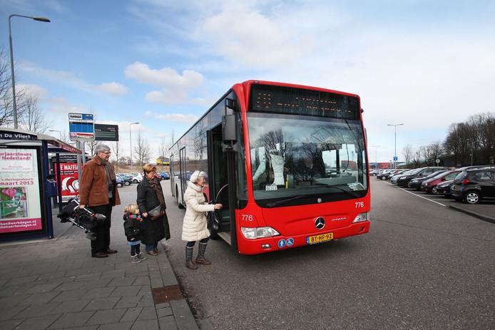 Passagiers stappen in de bus op het transferium De Vliert.